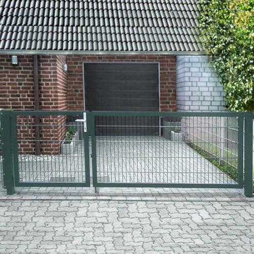 Einfahrtstor Basic (2-flügelig) asymmetrisch; Moosgrün RAL 6005 Doppelstabmatte; Breite 400cm Höhe 143cm